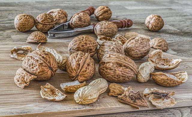 nuts-2971675_640