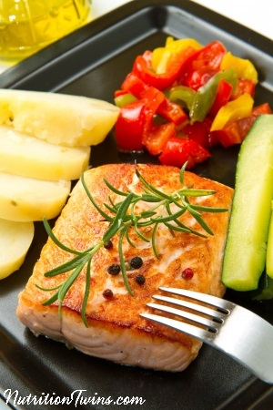 15865443 - grilled salmon and vegetables